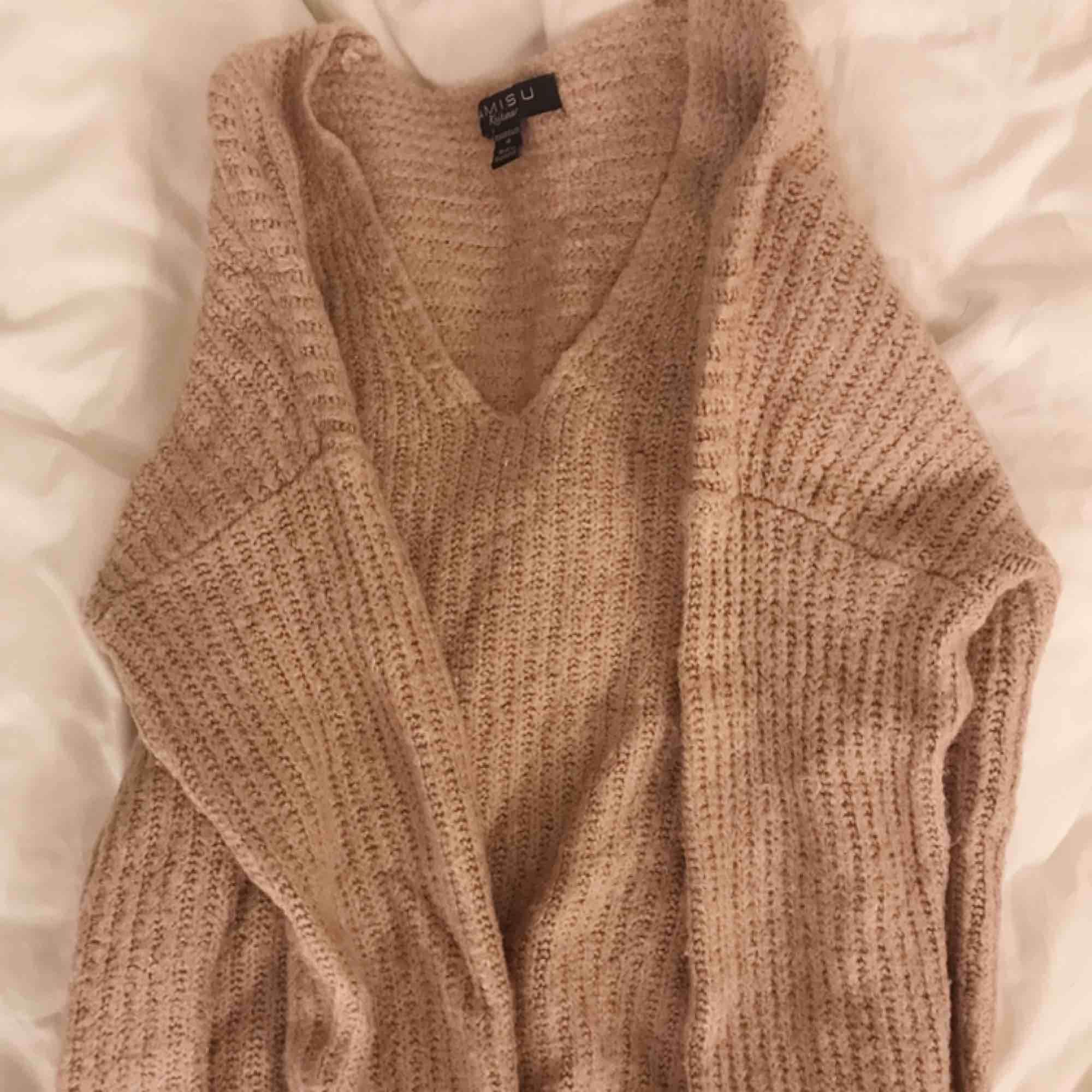 SÅ skön gammalrosa/beigeaktig stickad tröja från Amisu. Aldrig använd för att jag personligen inte tycker att jag passar i färgen. Frakt kostar 40kr 🥰. Stickat.
