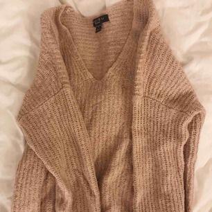 SÅ skön gammalrosa/beigeaktig stickad tröja från Amisu. Aldrig använd för att jag personligen inte tycker att jag passar i färgen. Frakt kostar 40kr 🥰