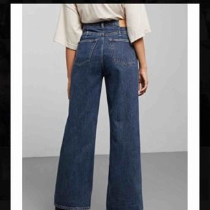 Jeans från Weekday i modellen Ace. I fint skick! Står W24 men skulle säga att de passar 25/26 också. Kan mötas upp i Stockholm eller frakta 😊