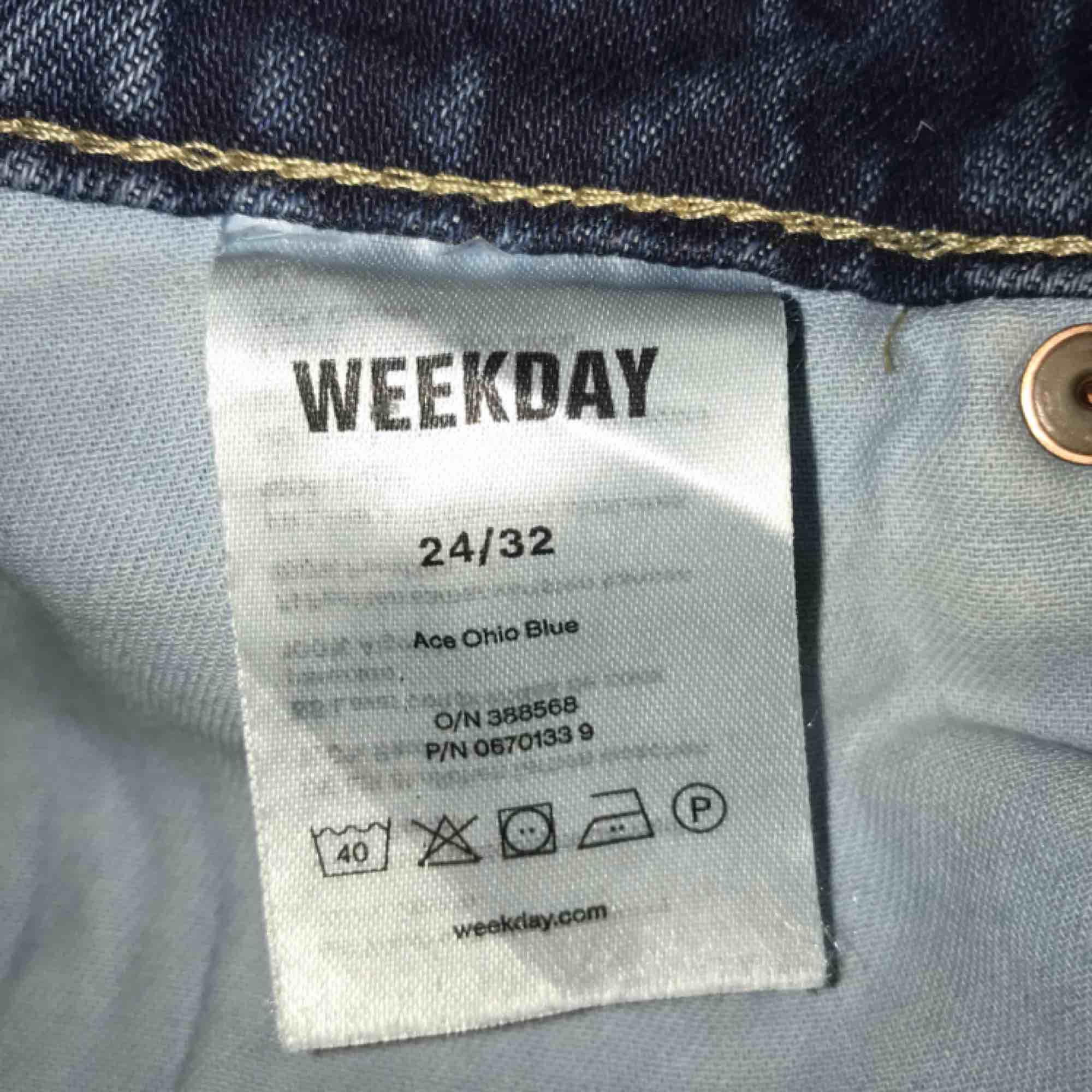 Jeans från Weekday i modellen Ace. I fint skick! Står W24 men skulle säga att de passar 25/26 också. Kan mötas upp i Stockholm eller frakta 😊. Jeans & Byxor.