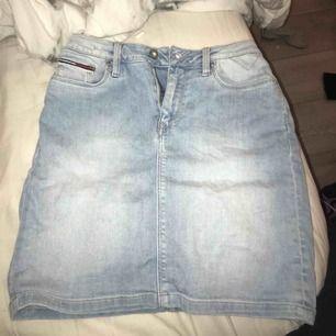 Riktigt stretchig kjol från Tommy hilfiger, är precis som ny eftersom att den bara är andvänd 3-4 gånger ungefär, nypris 1300
