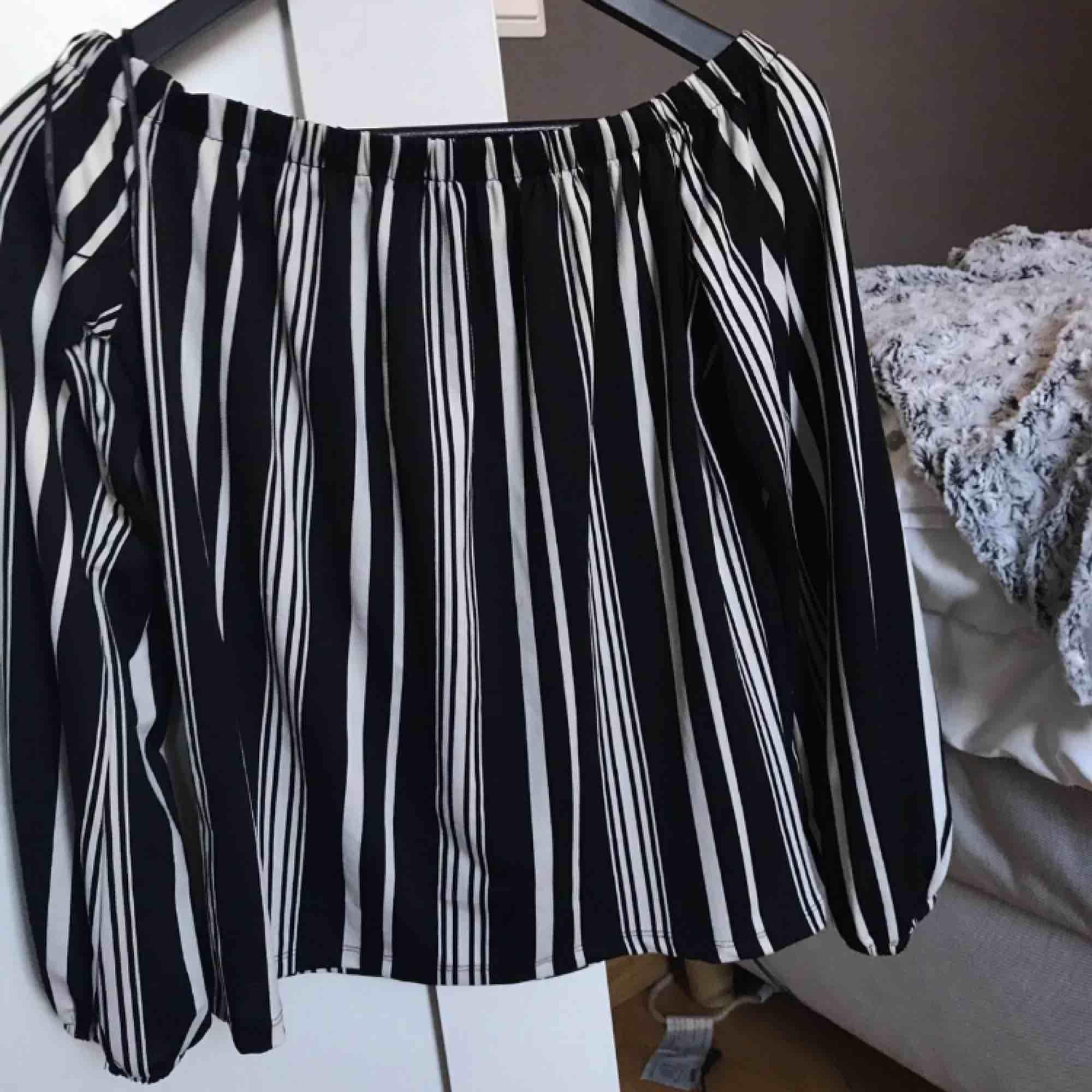 Randig tröja som är supersöt på  Off shoulder  Strl Xs/s . Tröjor & Koftor.
