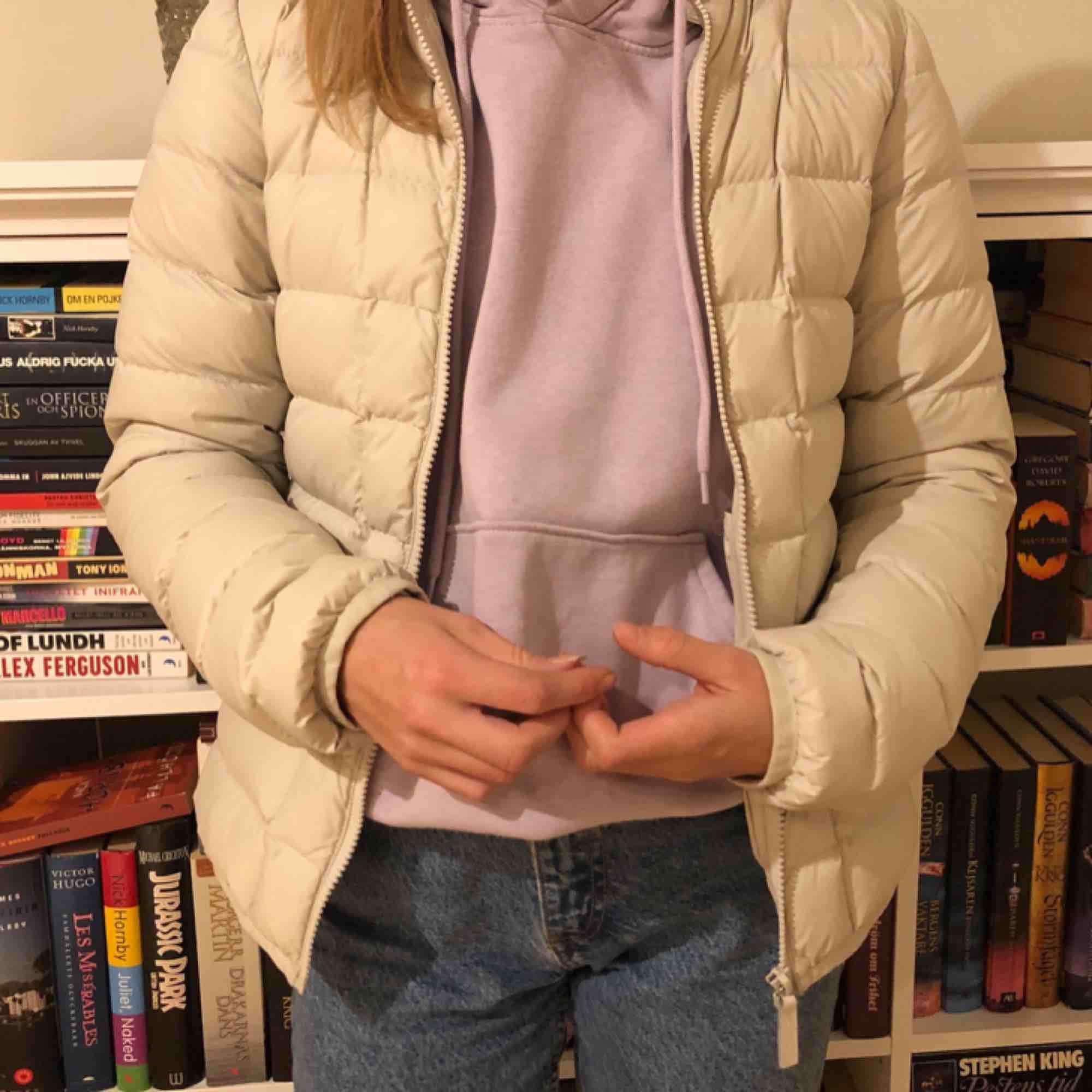 Jättefin beige dunjacka från Part two, köpte den för 800 kr och har inte använt den jättemycket🌴 frakten står köparen för!!. Jackor.
