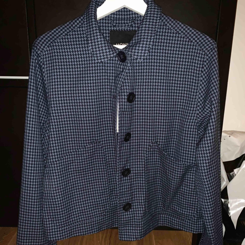 Säljer denna kofta/tröja från monki, lappen kvar. Storlek S men passar nog XS också! . Kostymer.