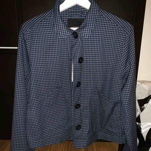 Säljer denna kofta/tröja från monki, lappen kvar. Storlek S men passar nog XS också!