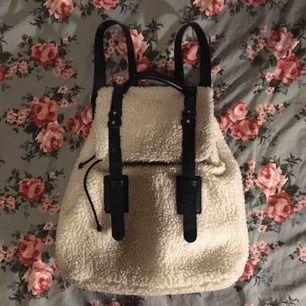 Fluffig vit ryggsäck med remmar i fejkskinn! Använd men fortfarande bra skick och väldigt praktisk. Vid frakt står köparen för fraktkostnaden 💌