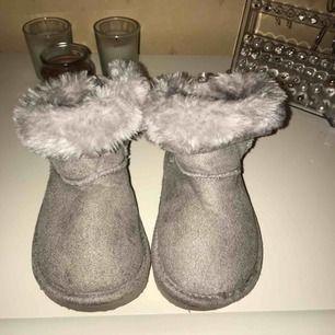 Stl 24, barn skor. Köpta på h&m i Borås. Köptes idag, då det var en present till en liten tjej men de var tyvärr för små & det var bruten förpackning så varan går ej att lämna tillbaka. Bud börjar från 90kr + frakt.