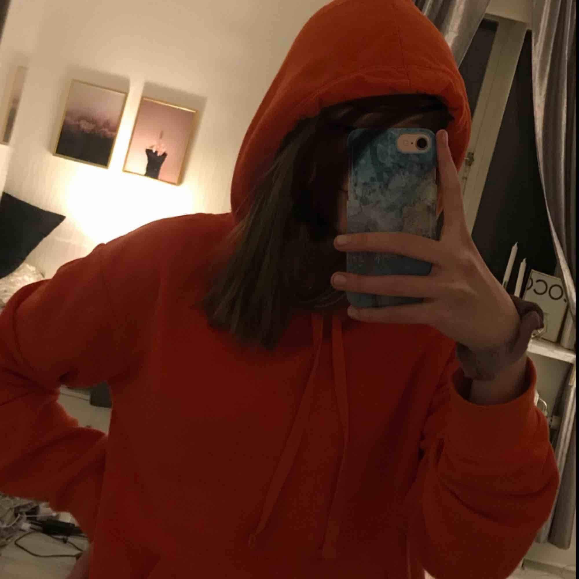 Världens mjukaste & mysigaste hoodie i fin orange färg ❤️❤️ nyskick! . Huvtröjor & Träningströjor.