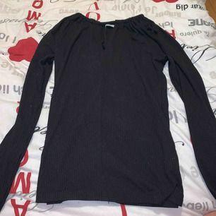 Svart långärmad tröja med en öppning vid bysten, använd ett få gånger köparen står för frakten:))