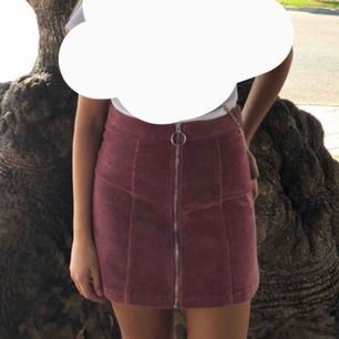 Säljer denhär kjolen som har ett Manchester liknande mönster. Jag köpte den  för ungefär ett år sedan. Använd ett fåtal gånger, men använder inte längre. Kjolen är köpt från New yorker.
