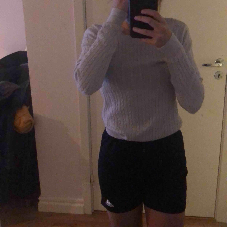 Gråvit kabelstickad tröja från Gina. Inte använd mycket men den har legat i min garderob länge! Inga skador på tröjan. Hör av er vid intresse eller frågor! Frakt 50kr. Huvtröjor & Träningströjor.
