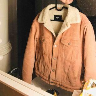 Säljer min snygga rosa höstjacka från BIKBOK! 🍂 använd endel men den har mest hängt i garderoben. Nypris 500kr. Frakt tillkommer! Jag säljer flera jackor så kika gärna in! 🌟