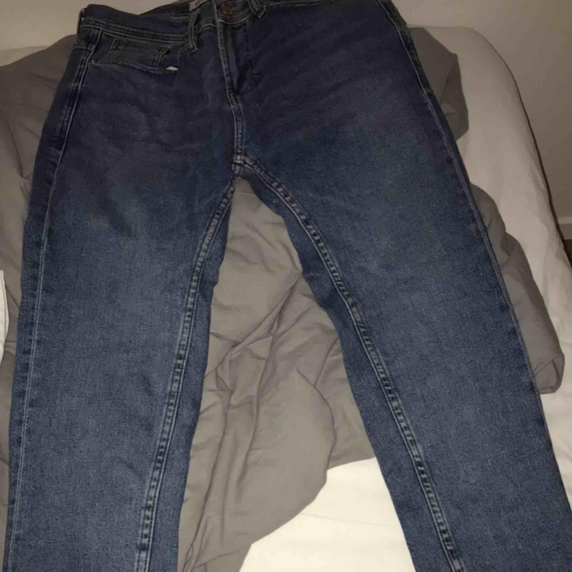 Fina rätt slim/relaxed fit jeans från Zara. Passar bra på mig som är 170-180.   Hämtas i Stockholm . Jeans & Byxor.