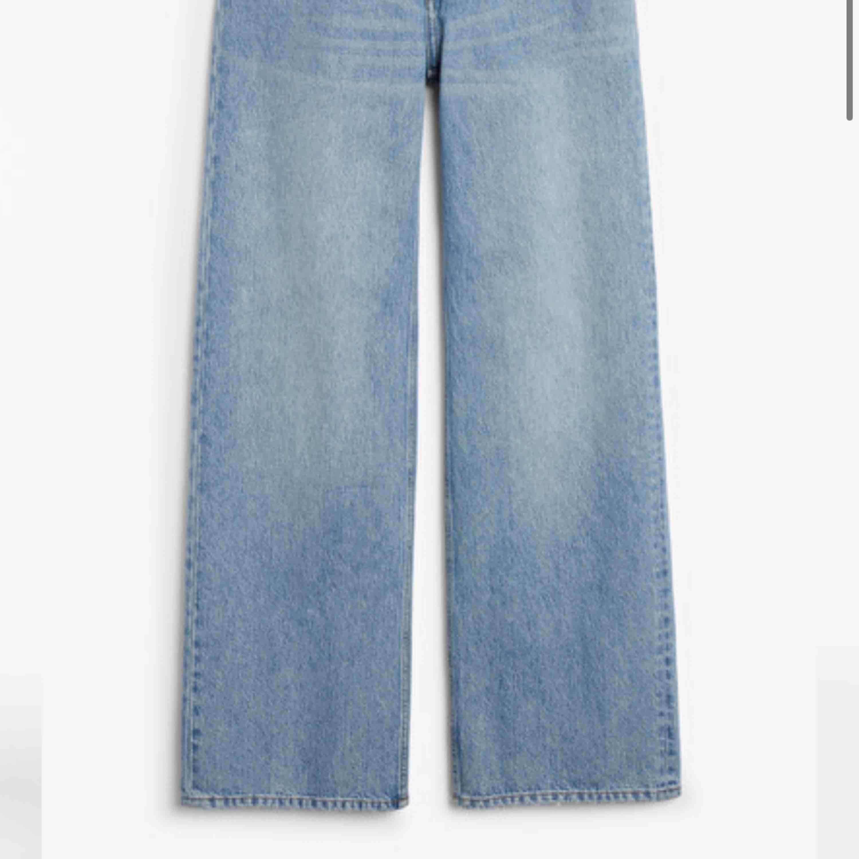Vida jeans från Monki i modellen Yoko, säljer pga lite för stora.  Byxorna är Helt hela och köptes för 400kr.  Möts upp i centrala Stockholm/nacka/värmdö eller postar men då står köparen för frakten 😁. Jeans & Byxor.