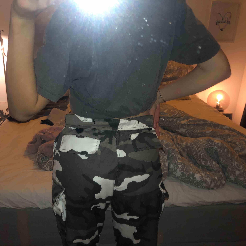 """Sjukt coola kamouflage byxor! Inköptes på """"millitär"""" butik, för 1000 kr, REA. Testade. Fickor fram, bak mm. En small för män, men för mig om har S i midja så funkar dom perfekt om jag viker dom ett varv (se bild) eller har skärp!. Jeans & Byxor."""