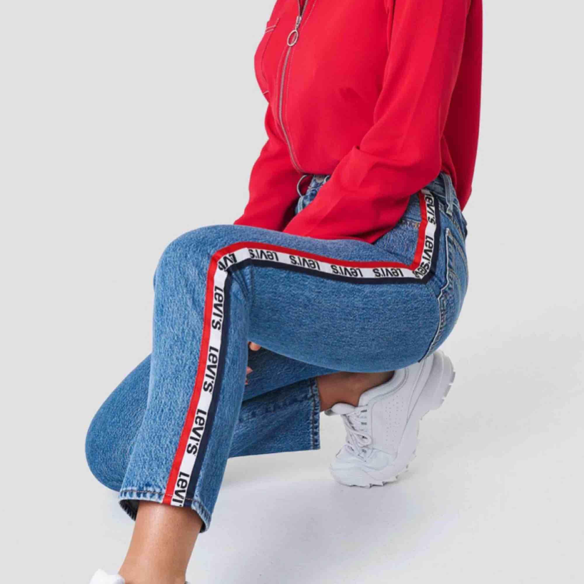 As snygga jeans från Levis tyvärr är dom för små för mig. Skulle säga att dom mer är som 29/30 då dom inte är stretchiga. Men dom är ändå ganska så långa för att vara 26 i längden. Köpta för 999 kr på Levis i Oslo men säljes för 250 kr plus frakt 💗. Jeans & Byxor.