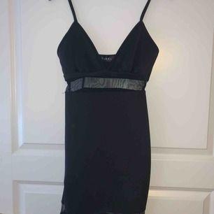 Svart klänning med spetstyg, sparsamt använd.