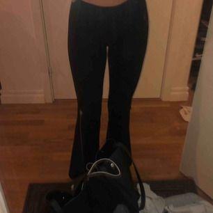 Bootcut byxor från Gina Tricot. I tightsmaterial! Väldigt sköna och fina men dom har tyvärr blivit för korta för mig därav säljer jag dom (är 165 cm) Hör av er vid intresse. Frakt 56 🤪