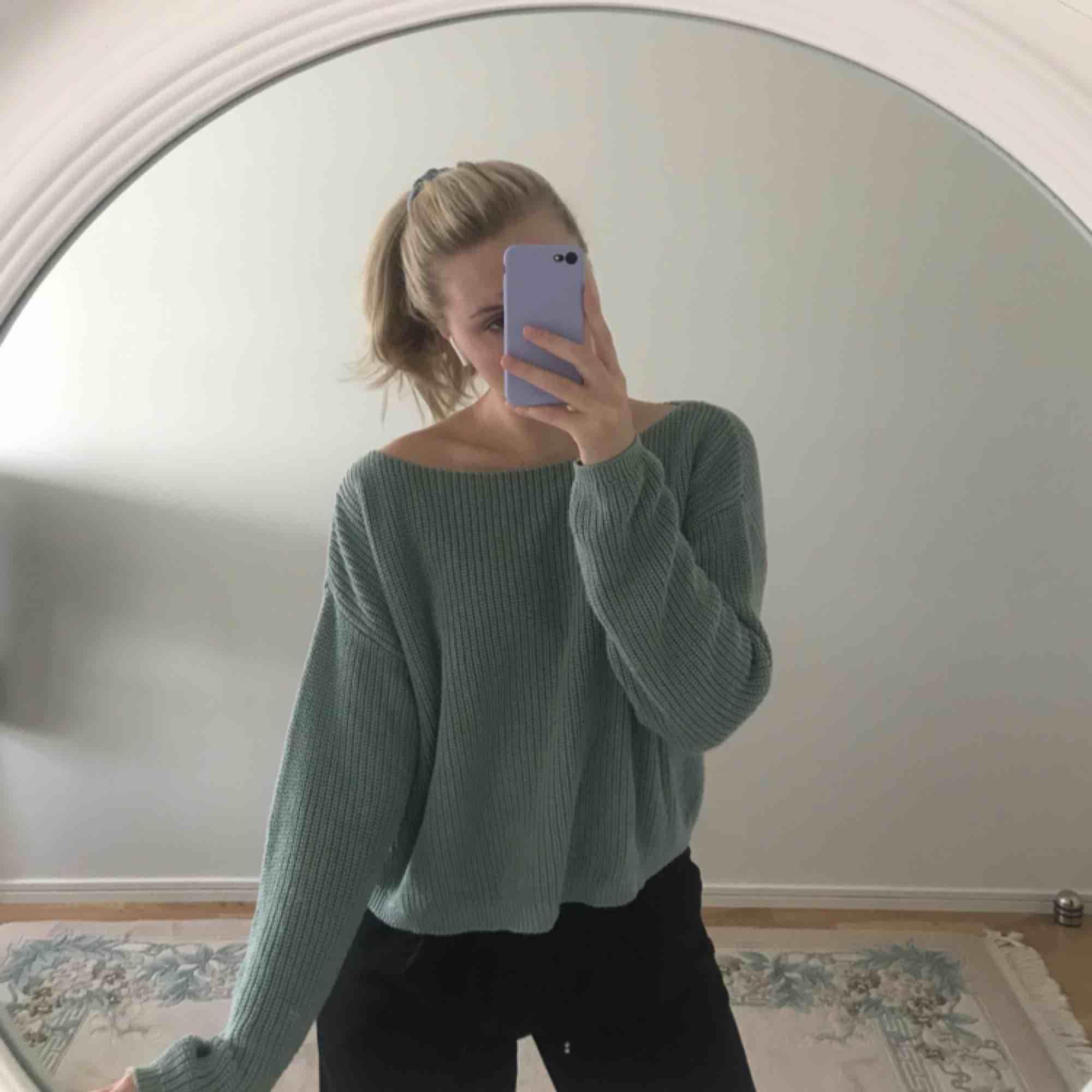 Superfin stickad tröja i en dov grön färg från NA-KD! Använd några gånger men i fint skick, passar XS-S. Frakt tillkommer 🦋. Tröjor & Koftor.