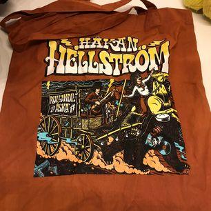 Super snygg Håkan Hellström bag , fick i födelsedagspresent men aldrig använt. Den är köpt ifrån Håkan Hellströms egna merch.
