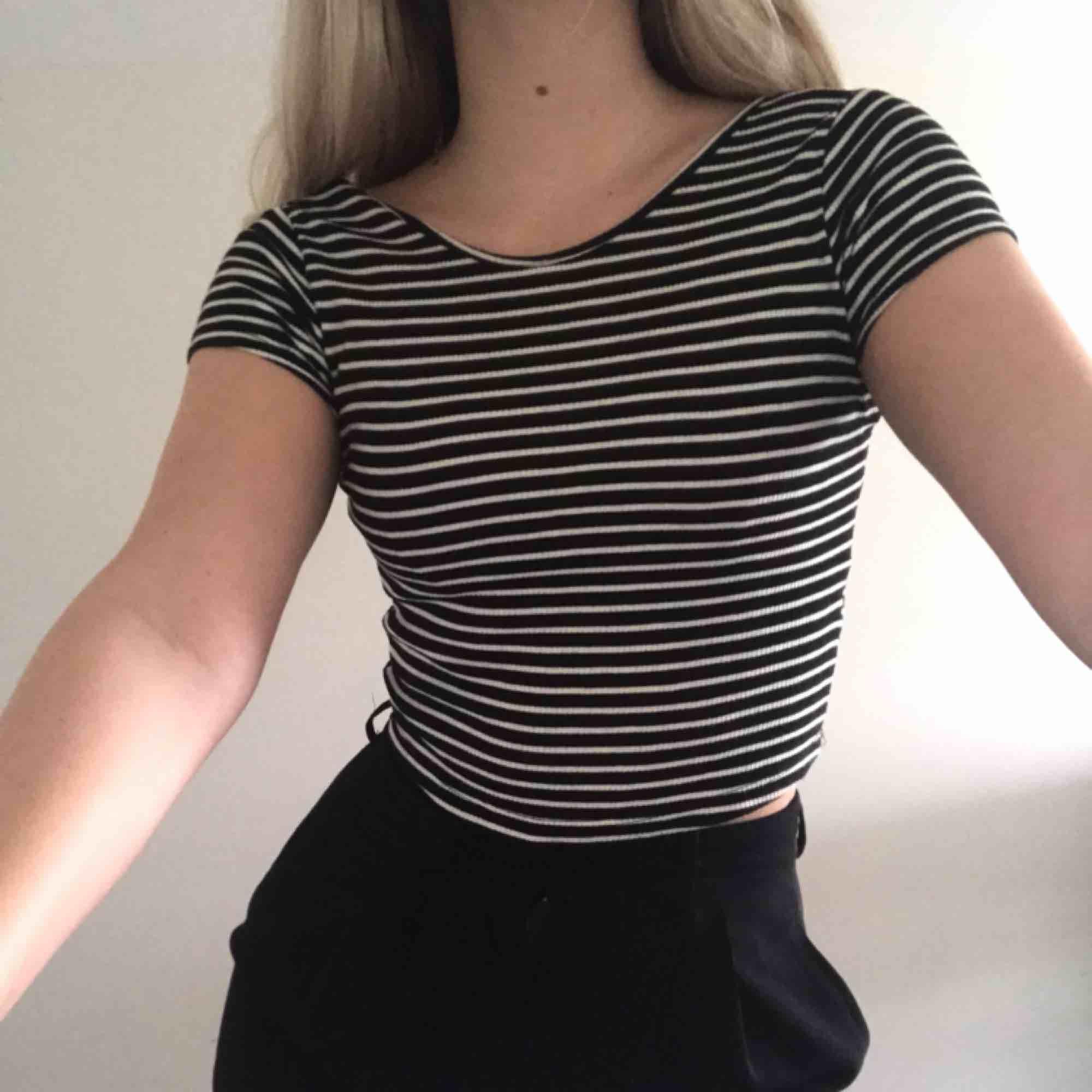 Fin, kortärmad, randig tröja/T-shirt/croptop från Brandy Melville! I fint skick, passar XS/S eller 34/36. Frakt tillkommer 🌷. Toppar.