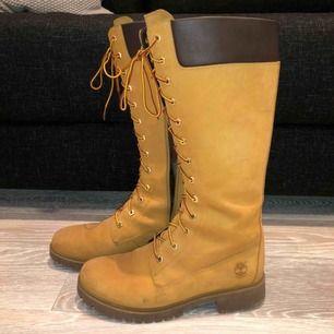 Höga Timberland skor, nypris 2200kr  Bra skick, använda en säsong. Säg till om du vill ha fler bilder Frakt ingår