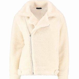 Säljer en jacka från Boohoo, ALDRIG använd & bara prövad. Den är redan paketerad därav ingen bild hur den sitter på mig. Köpt för 500kr & köparen står för halva frakten vilket är 33kr