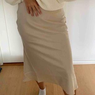 En snygg satin kjol från NAKD, använd 1 gång & säljer pga för stor för mig. Köparen står för frakten vilket motsvarar 50kr. Köpt för 400kr