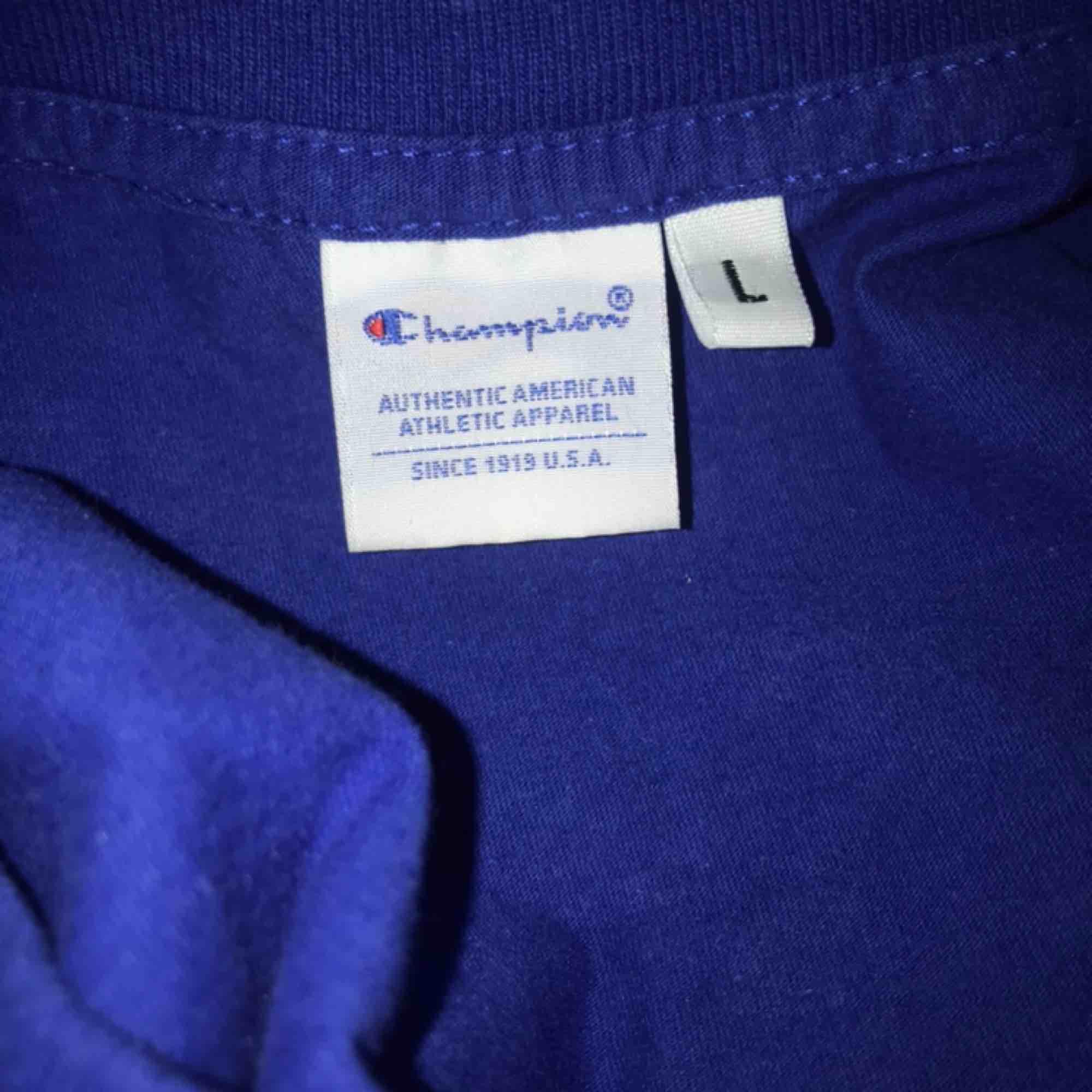 Blå Champion tröja. Storlek L men skulle snarare säg att den är S/M. Ej äkta. Skriv vid frågor❣️. T-shirts.