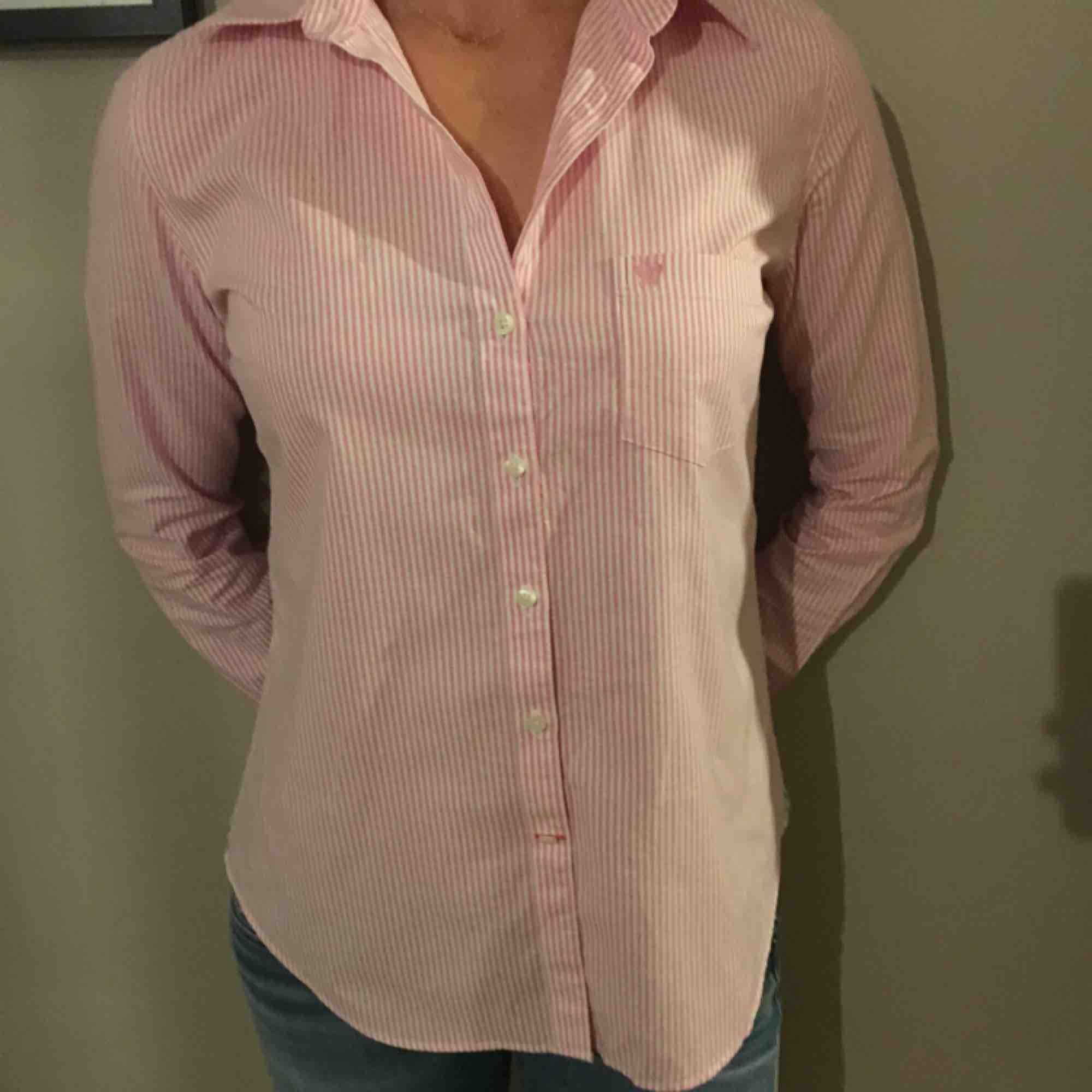 Snygg stilren rosa och vit randig skjorta från Morris Lady. Nypris 1399:-. Skjortor.