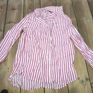 En ljus röd/rosa skjorta från bikbok. knappt använd så är i väldigt fint skick.