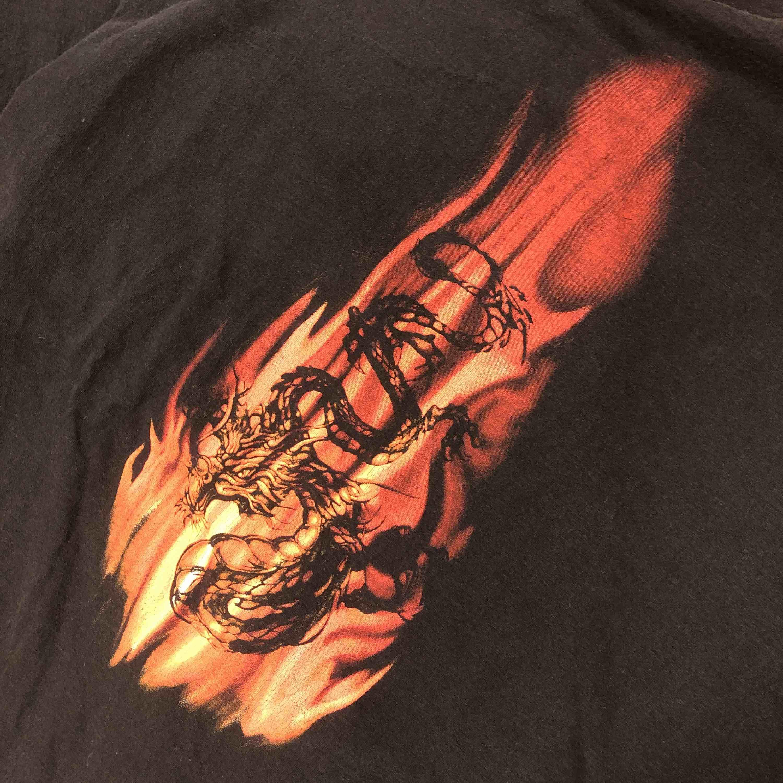 Stor t-shirt med motiv av drakar! . T-shirts.