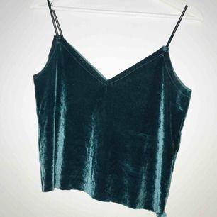 Grönt linne i siden-ish material. Aldrig använd och sitter strax under naveln. Köparen står för eventuell frakt, kan även mötas upp i Sthlm C 🥰
