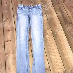 Ett par blå jeans utan hål ifrån Hollister. säljer pga av dem inte passar mig. Är i väldigt gott skick