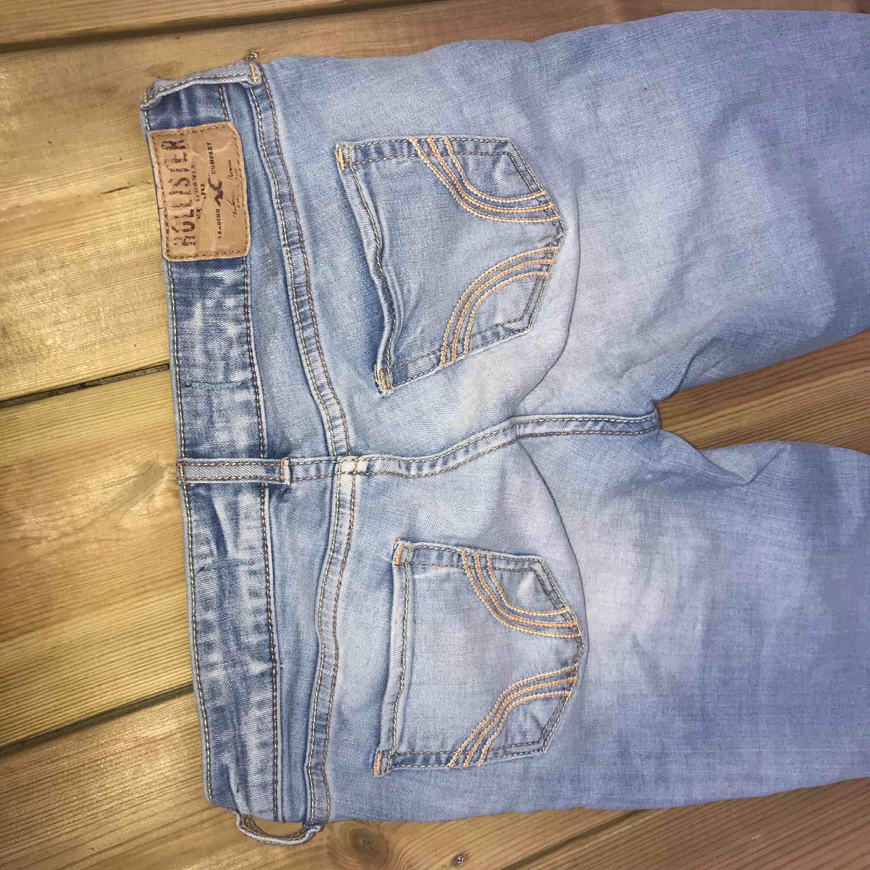 Ett par blå jeans utan hål ifrån Hollister. säljer pga av dem inte passar mig. Är i väldigt gott skick. Jeans & Byxor.