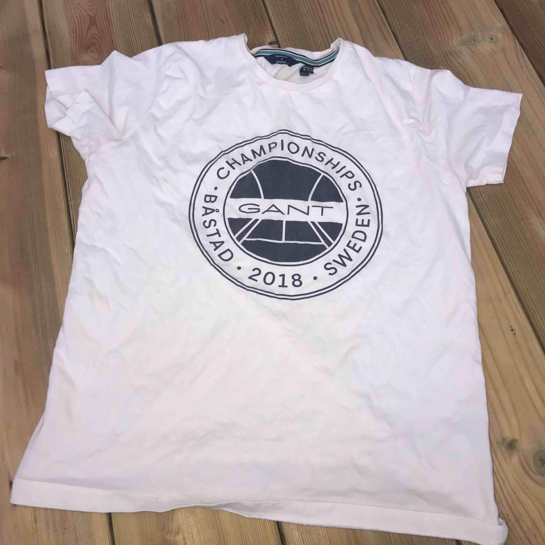 en vit tröja ifrån Gant, är i gott skick . T-shirts.