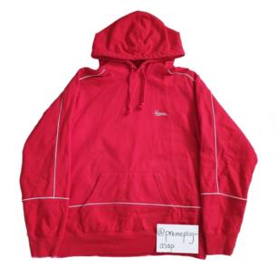 Supreme piping hoodie! Väldigt bra skick samt väldigt bra pris, sov inte! Hoodien passar en M men är lite större i storleken, inga flaws så det är en steal, skriv om du undrar något!
