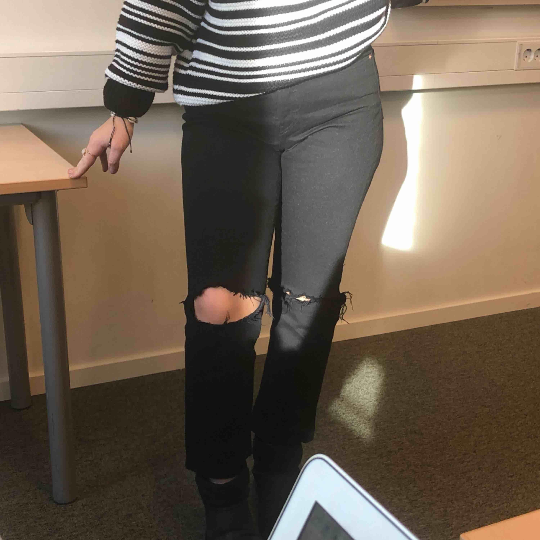 Ett par svarta levi's jeans i stl 28, super snygga och super sköna med hål i knäna! Modellen heter wedgie straight. Jeans & Byxor.