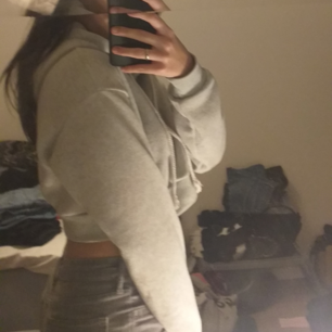 En cropad ljus grå hoodie. Använt en gång.  St S men passar också dem som har Xs.