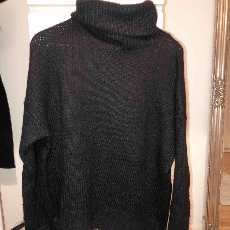 Stickad tröja strl M. Ser genomskinlig ut men är absolut inte det!! 120kr använd en gång. Stickat.