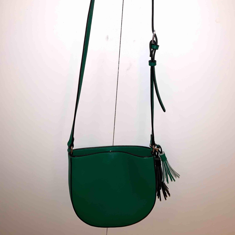 Säljer pga används för sällan, får ej plats i garderoben.  Möts i Stockholm eller fraktar mot kostnad . Väskor.