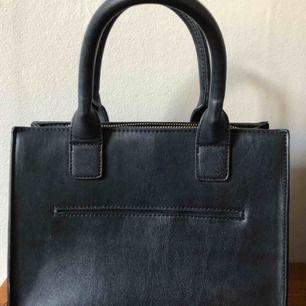 Rymlig mellanstor väska med tillhörande avtagbart axelband💕🌸🌼