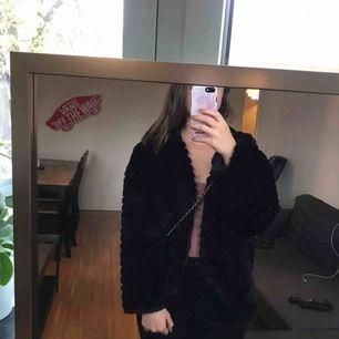 Jättemysig svart jacka med luva. Aldrig använd så i nyskick💗 Skriv vid intresse