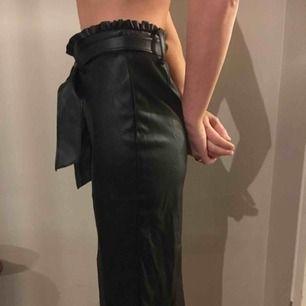 Kjol från Zara i skinnimitation med ett snyggt skinnskärp i midjan och rynkad upptill
