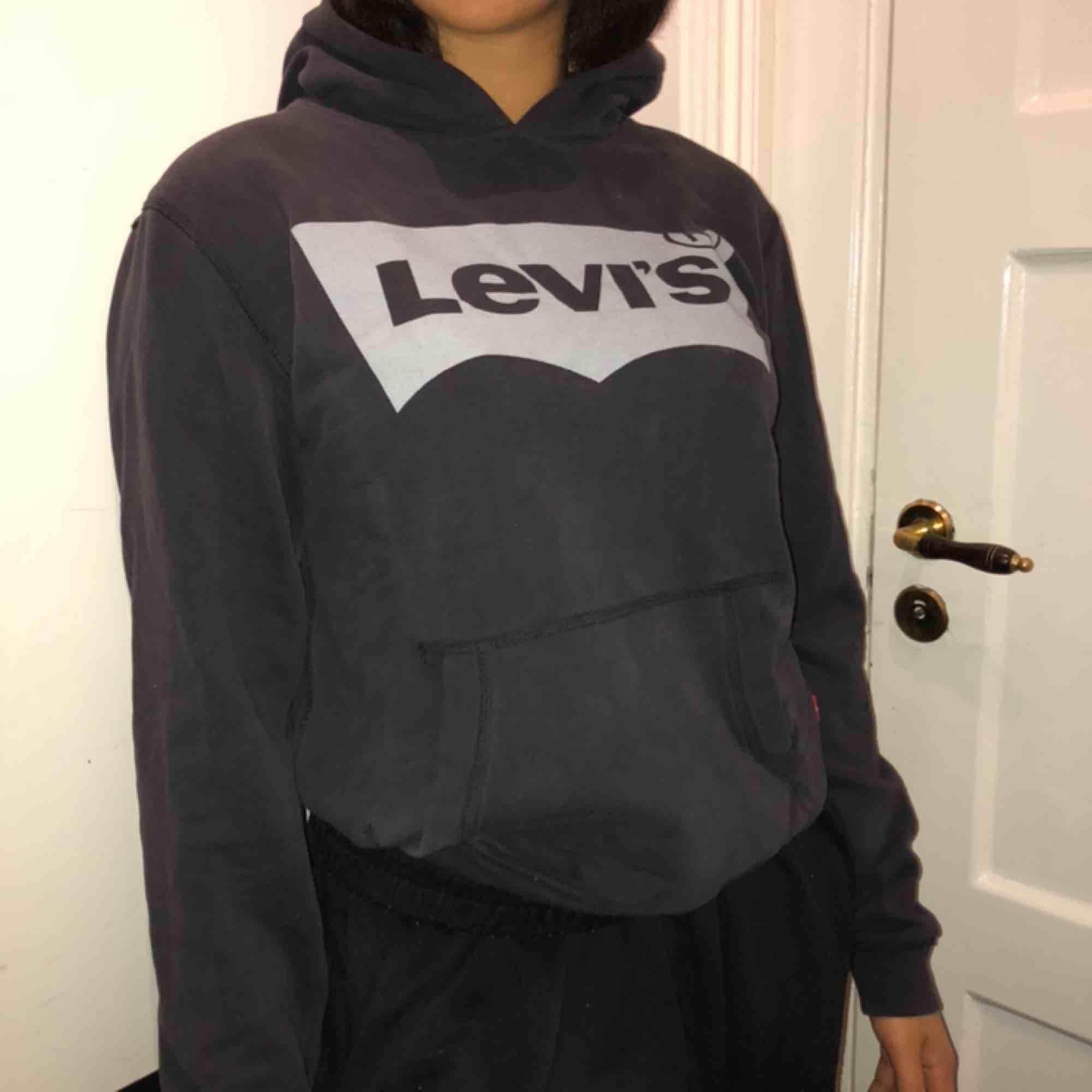 Levis hoodie i grå. Säljer en massa höstiga plagg kolla in min sida!! Kan mötas och frakta!. Huvtröjor & Träningströjor.