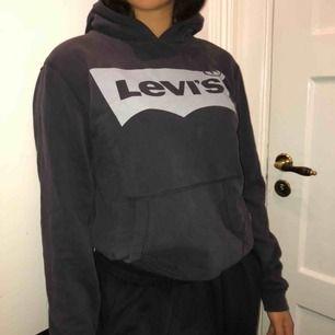 Levis hoodie i grå. Säljer en massa höstiga plagg kolla in min sida!! Kan mötas och frakta!