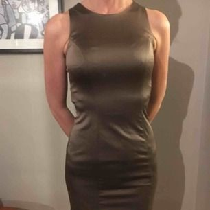 Brunbeige tight kort klänning i siden stil