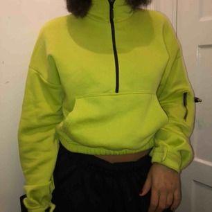 Superfin neon grön tröja från prettylittlething! Säljer en massa höstiga plagg kolla in min sida!! Kan mötas och frakta!