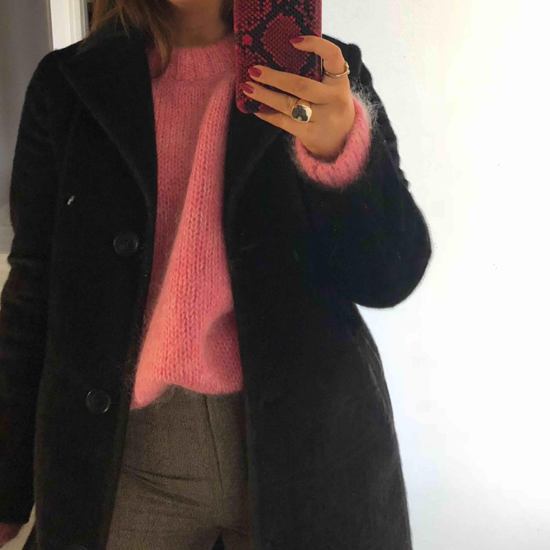Fantastisk stickad tröja i rosa mohair. Storlek L men passar på mig som vanligtvis har xs/s beror såklart på hur man vill att den sitter💕💕💕. Stickat.