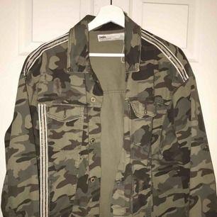 Kamouflage jacka från Zara med detaljer. Lite oversized. Använd fåtal gånger.. säljes på grund av inte min stil. 😊 hör av gärna dig. Mvh Filippa